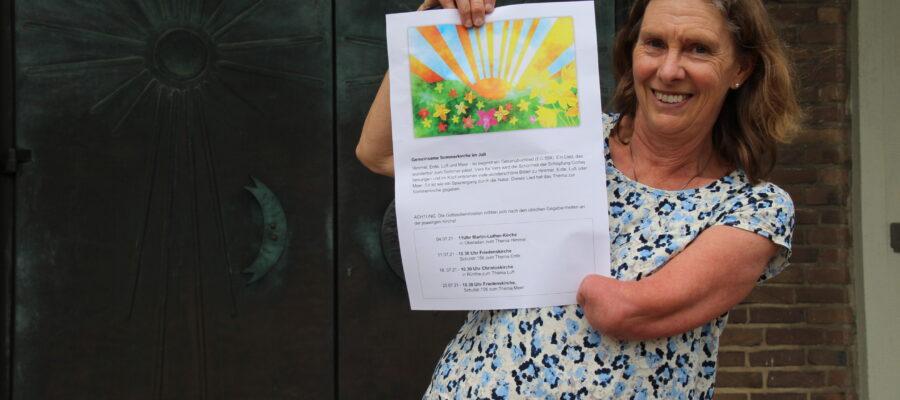 Petra Buschmann-Simons mit dem Plakat